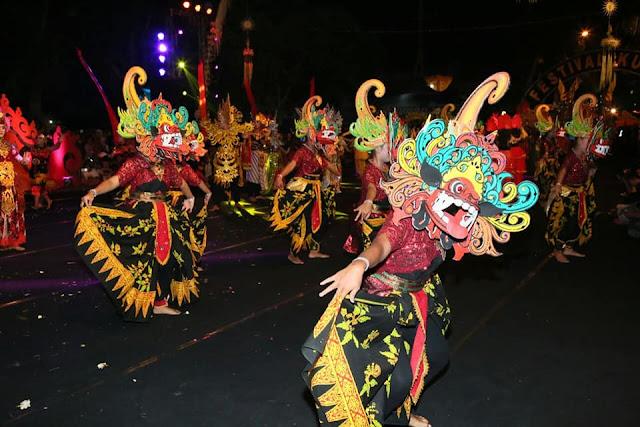 Festival kuwung menampilkan warna-warni budaya Banyuwangi.