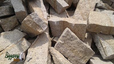 Pedra para parede de pedra tipo pedra rachão de granito. Pedra na cor cinza claro ideal para parede de pedra de duas faces.