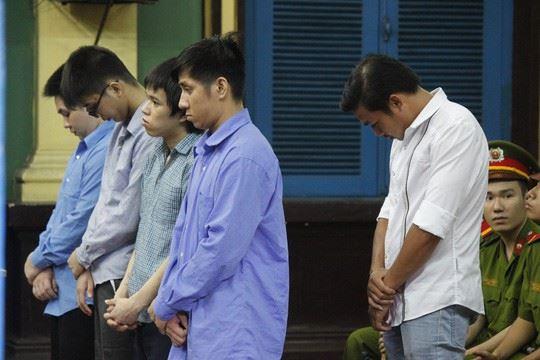 Phạm Sỹ Hoài Như (áo trắng) và các đồng phạm.