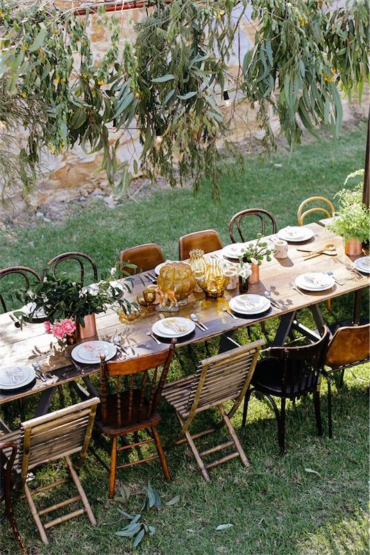 mesa de madera con jarrones de flores y cristal antiguo color amarillo chicanddeco