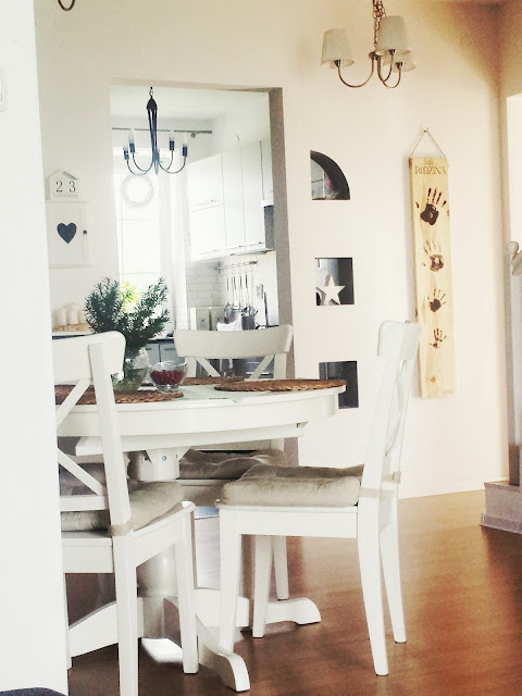 Deska z odciskami, białe krzesła, biały stół Ikea