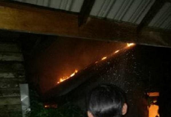 BREAKING NEWS: Kebakaran Menghanguskan Rumah Warga di Sewak