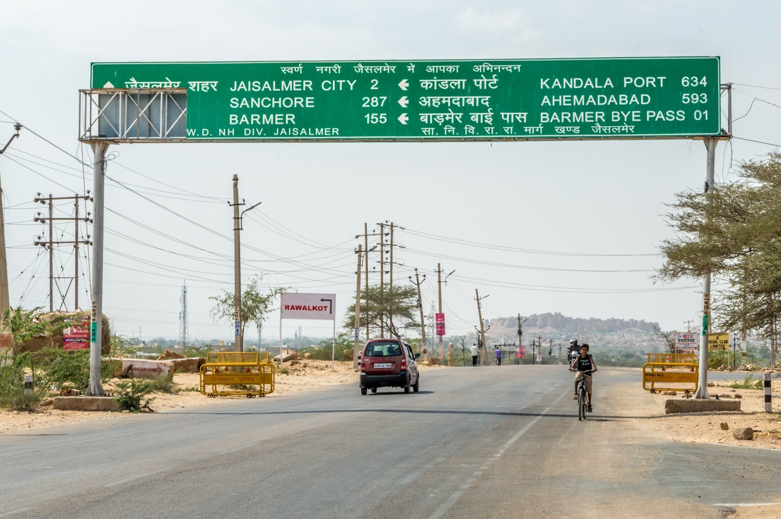 Board at the entrance of Jaisalmer. The fort is visible in the middle.