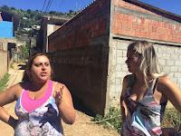 Moradoras Fabiana Correa e Viviane Gomes Lopes: limpeza não era feita há muito tempo