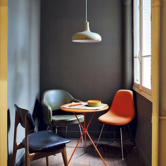 office pintado en gris oscuro con sillas de colores chicanddeco