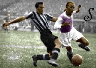 Sindelar sfugge in velocità a Ricardo Faccio, centromediano uruguagio dell'Ambrosiana-Inter, durante la finale della Coppa dell'Europa Centrale del 1933 - edizione vinta dall'Austria Vienna di Sindelar, che in semifinale aveva liquidato la Juventus -. L'Austria Vienna fu l'autentica bestia nera delle squadre italiane: nell'antica Coppa Mitropa eliminò la Juventus nel 1933, l'Ambrosiana-Inter nel 1933 e 1935, e il Bologna nel 1936 e 1937.