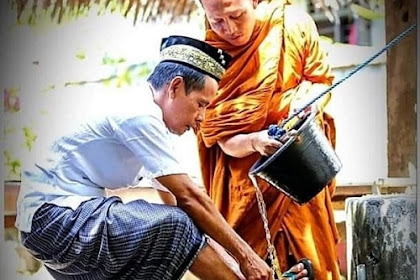 Cerita Dibalik Foto Biksu Yang Membantu Seorang Pria Berwudlu