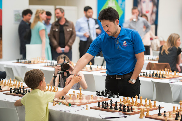 Nakamura en un simultaneas organizadas durante el Grand Chess Tour París