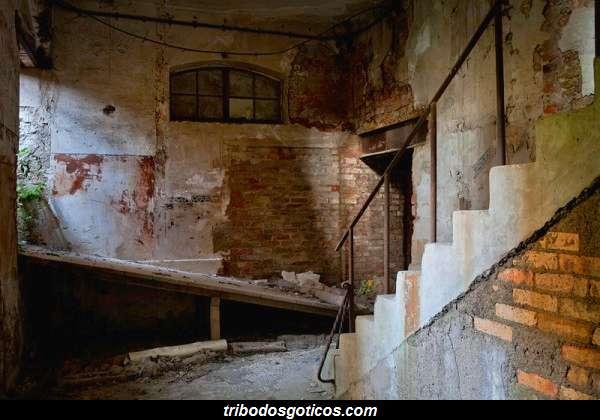 fabrica abandonada parede caindo suja velha