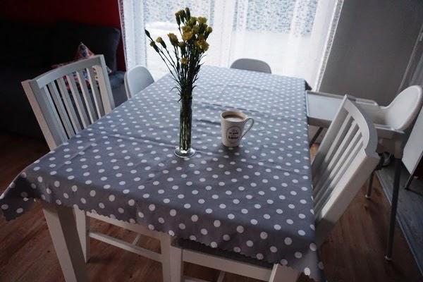 biała jadalnia dla całej rodziny, meble z ikea, stół i krzesła