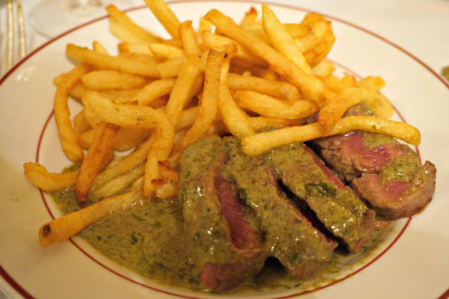 steak and chips with sauce