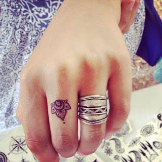 Tatuaje pequeño de flor de loto