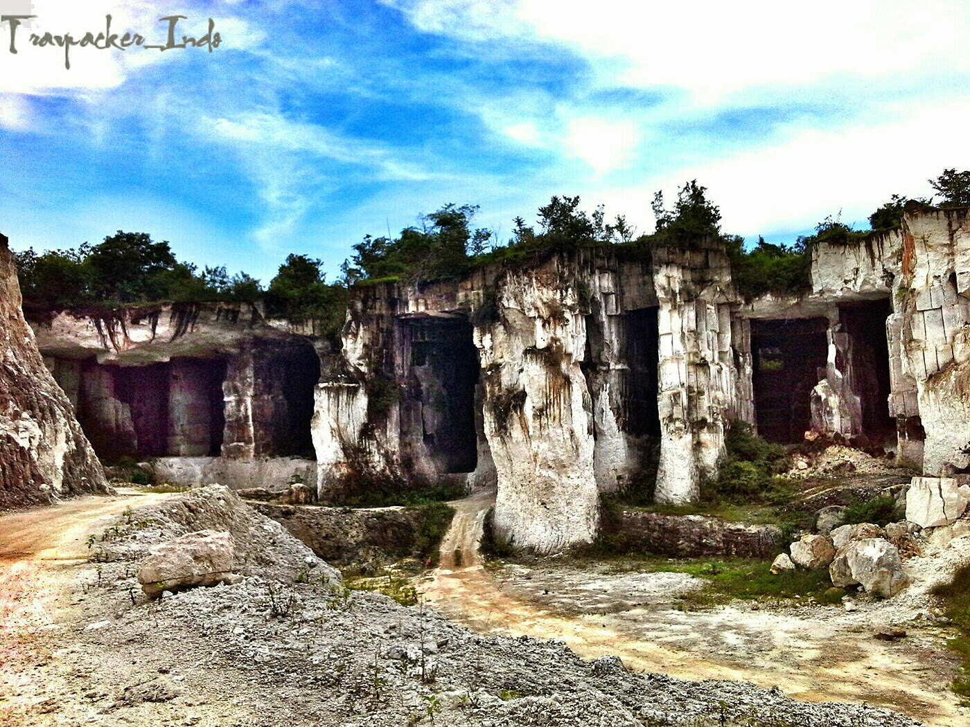 Keindahan Struktur Daerah Galian Tambang Gunung Kapur Sekapuk
