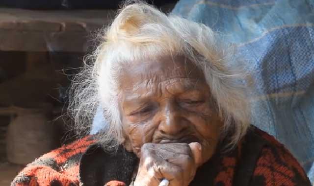 عجائب و غرائب  تدخن 30 سيجارة يومياً وعمرها تجاوز 112 عام