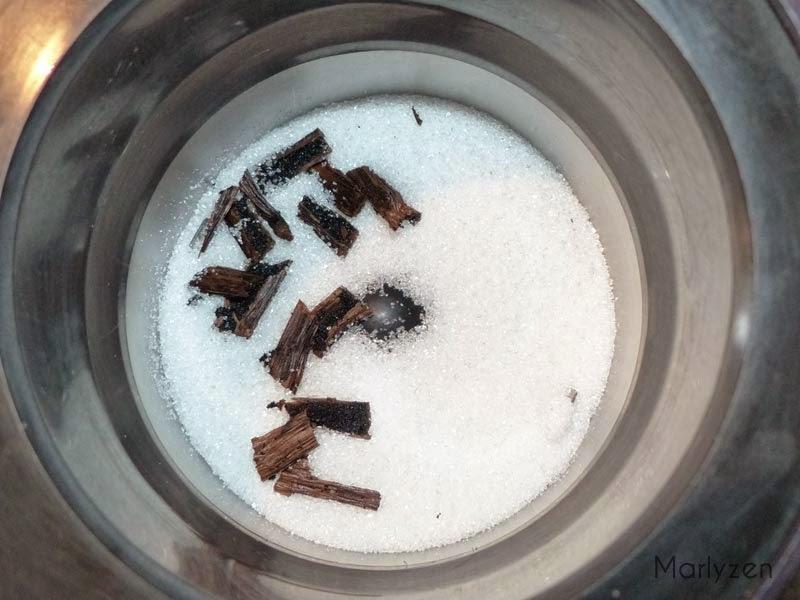 Mixez la gousse de vanille avec le sucre en poudre.