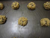 Cookies aux pépites de chocolat, recette de la box de Pandore, boules de pâte sur plaque en silicone