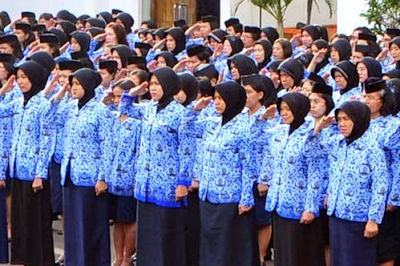 Kemendikbud akan memprioritaskan pengangkatan calon pegawai negeri sipil (CPNS) guru.