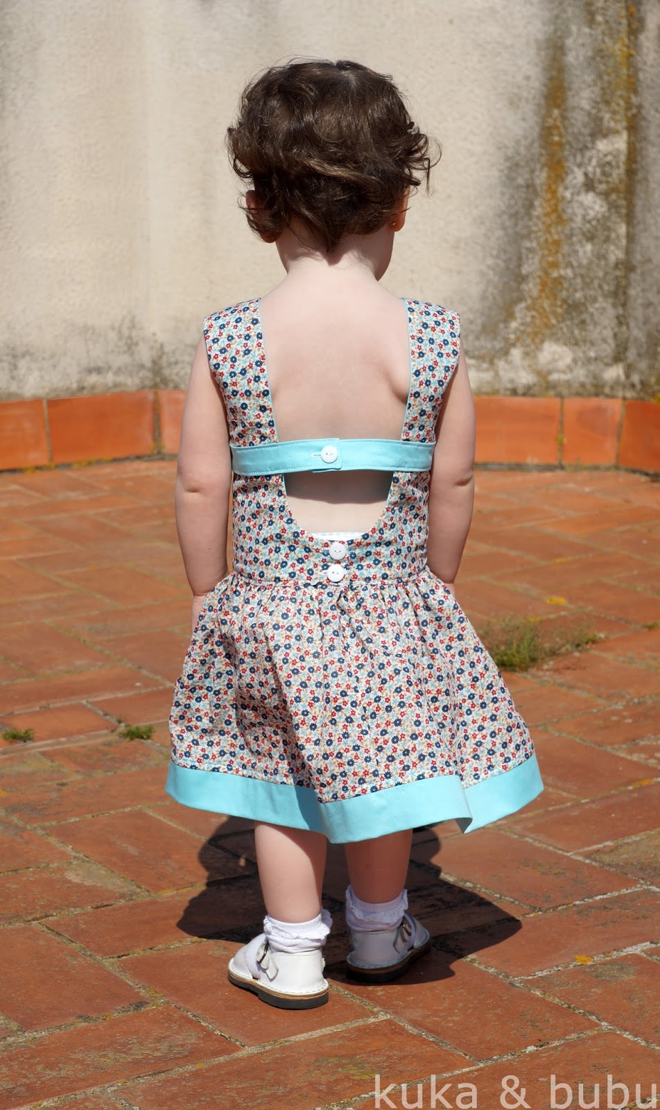 http://kukaandbubu.blogspot.com.es/2014/04/matinee-dress-pattern-by-jennuine-design.html