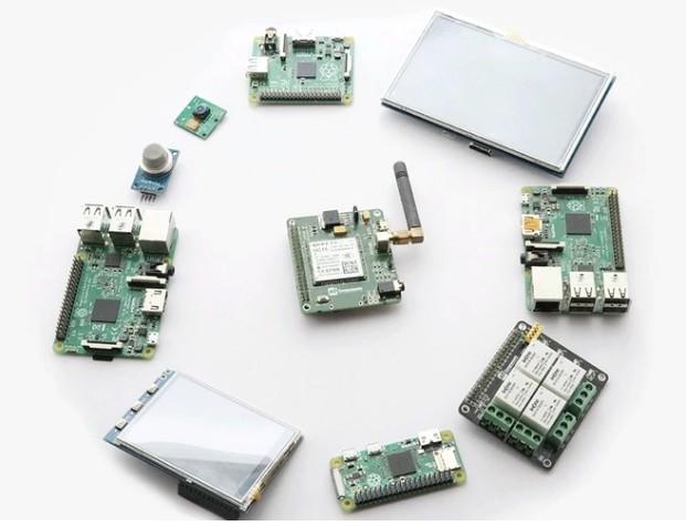 "Open Source ""PiTalk"" Turns Your Raspberry Pi Minicomputer Into A Modular Smartphone"