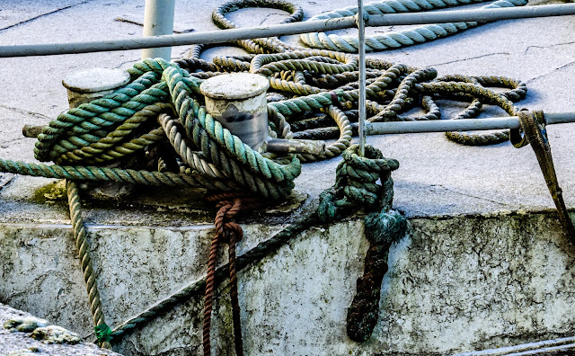 Photo fo a close up of ropes on a fishing boat
