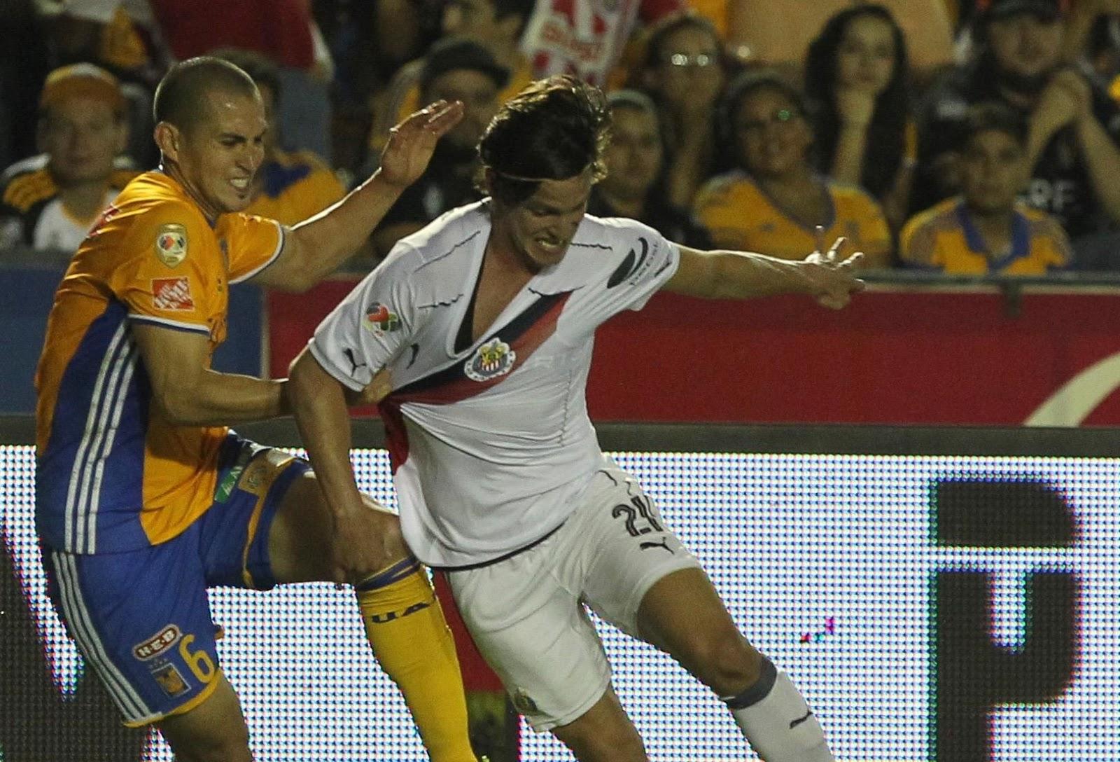 Carlos Fierro ante Tigres.