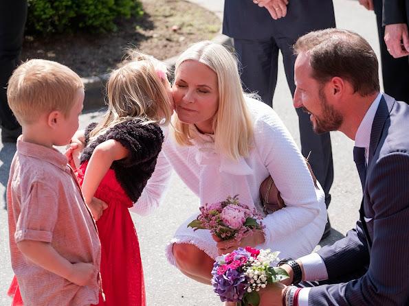 The royals met both kindergarten children and 102-year-old Margretha Gurebo on their Grimstad visit.