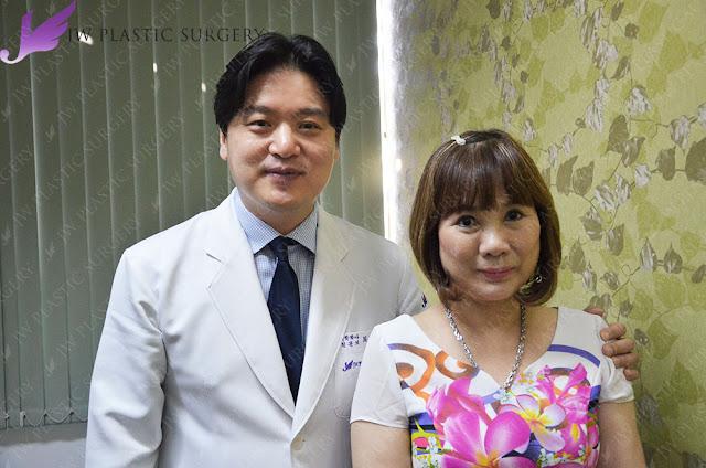 bác sĩ hong lim choi chụp ảnh với khách hàng sau chỉnh sửa mắt hỏng