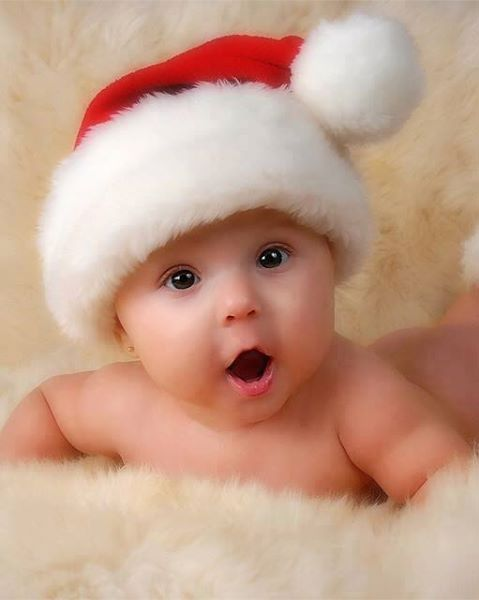 صورة طفل يرتدي قبعة بابا نويل