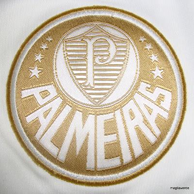 433dbdfb82ae9 O palestrino Bruno Macarini já conseguiu uma unidade da nova camisa de  goleiro do Palmeiras. É aquela branca e dourada