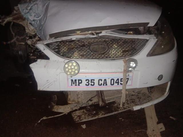दमोह पन्ना स्टेट हाईवे पर तेज रफ्तार इंडिका और पुलिस जीप में भिड़ंत.. कार सवार दंपत्ति तथा ASI व प्रधान आरक्षक हुए घायल..