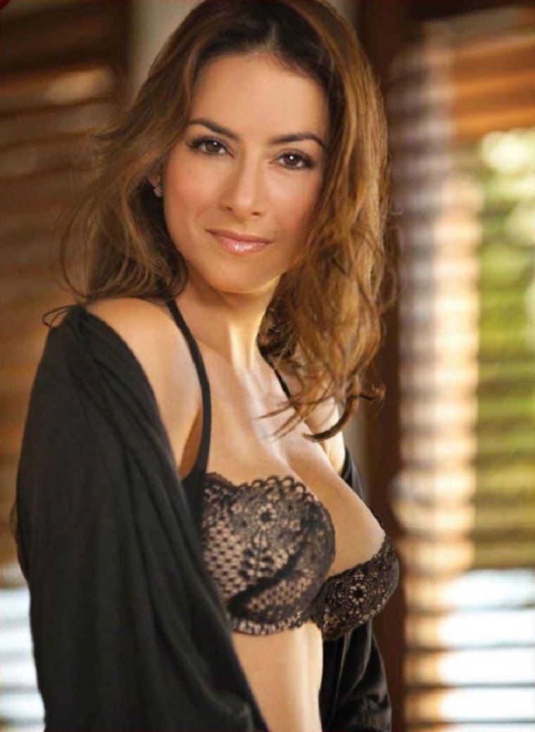 Claudia Lizaldi - Galeria 2 Foto 1