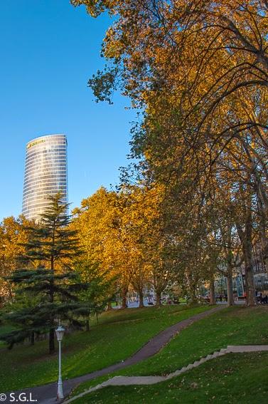 Otoño y la torre de Iberdrola