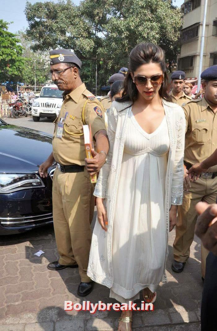, Deepika Padukone at Shree Siddhivinayak Temple for 'Goliyon Ki Raasleela Ram-leela'
