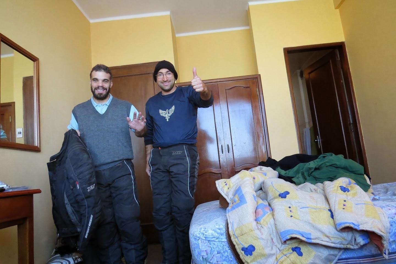 Gilberto e Pedro no quarto do hotel em La Paz.