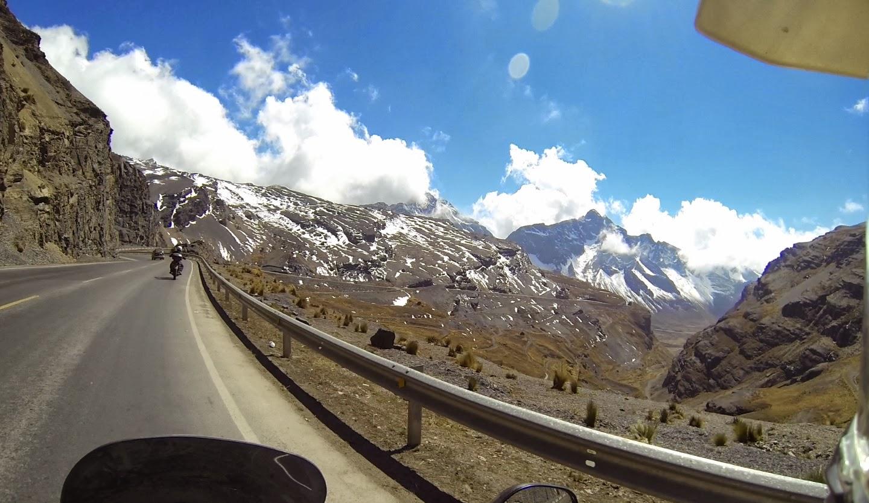 Montanhas nevadas no caminho para Coroico.