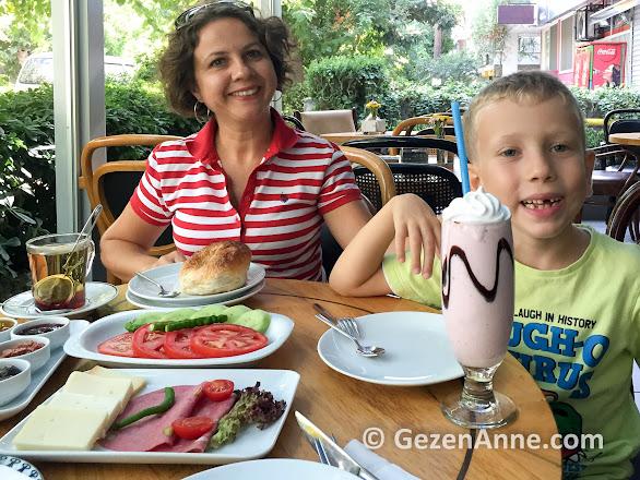 Reyhan pastanesinde boyozlu güzel bir kahvaltı yaparken, İzmir