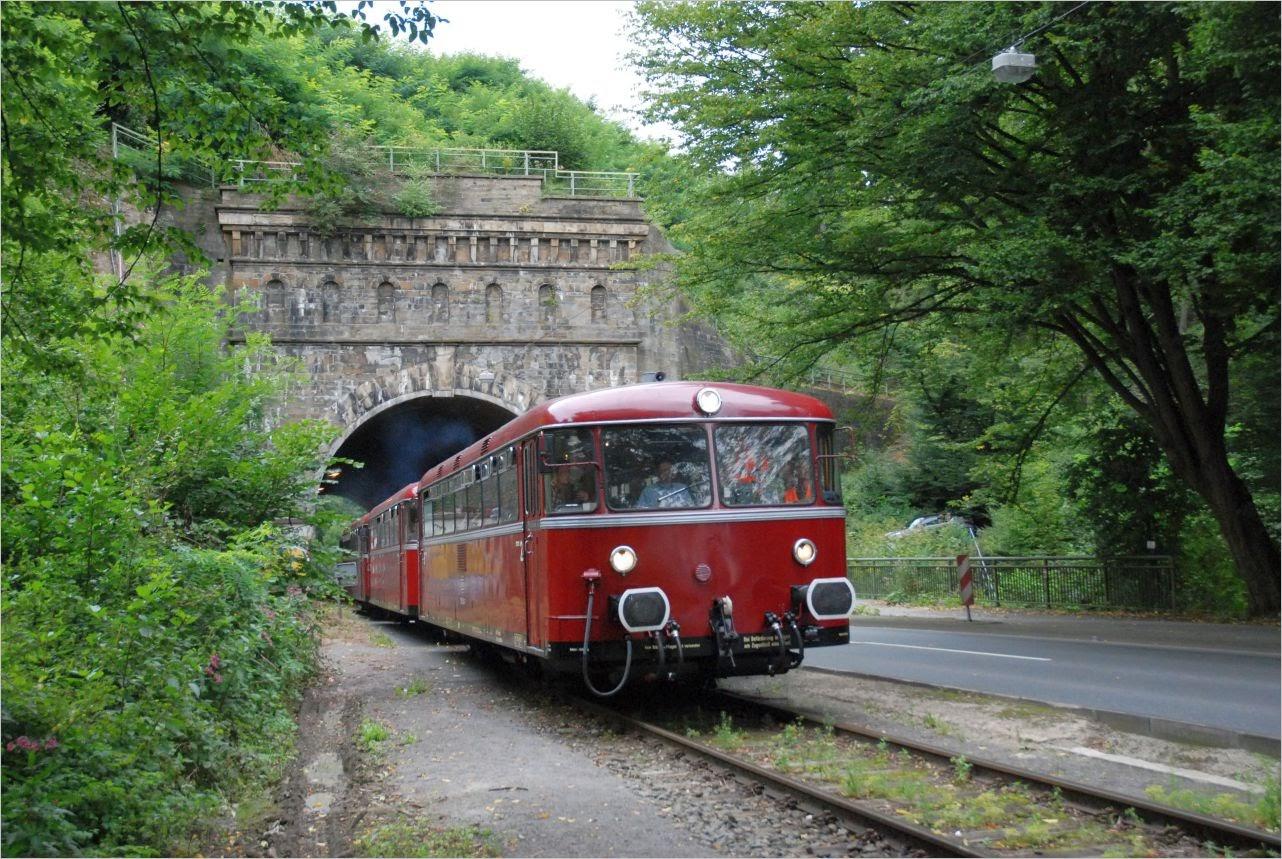 VT-Garnitur der Eifelbahn am Kruiner Tunnel