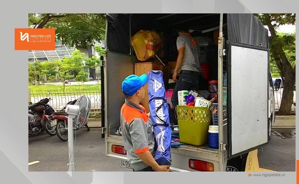 Nhân viên hỗ trợ khuân vác đồ đạc lên xe