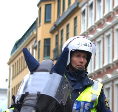 polisbil kör rakt in i folkmassa