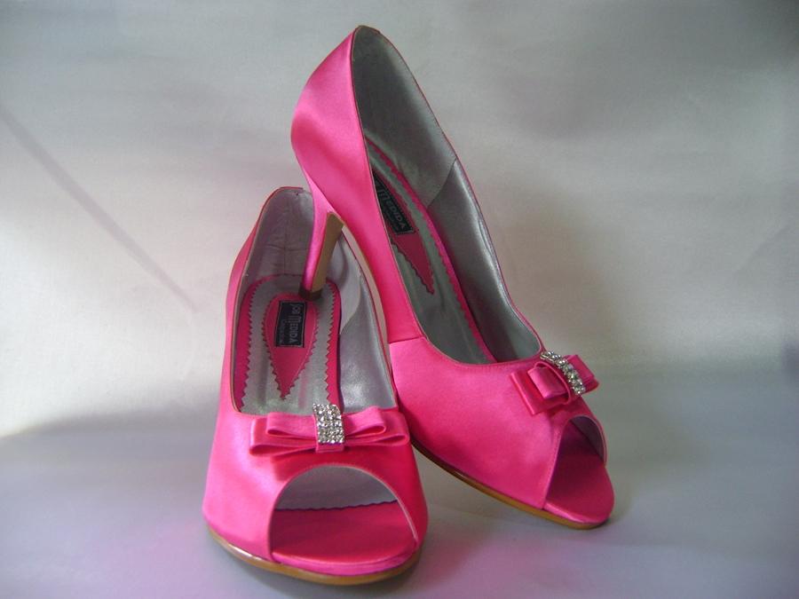 98e4f5c68f É rosa pink e vai combimar com o buquê de rosas da mesma cor!  )