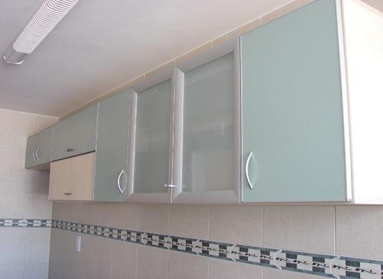 puertas en aluminio con vidrios arenados