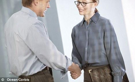 32185b3f08 La investigación del British College of Optometrists encontró que al menos  un tercio de británicos cree que los anteojos hacen que las personas tengan  un ...
