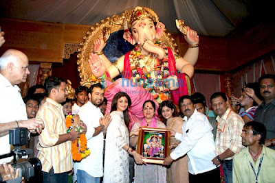 Shamita Shetty & Shilpa Shetty at maharastr lalbaug ganesh darshan photo