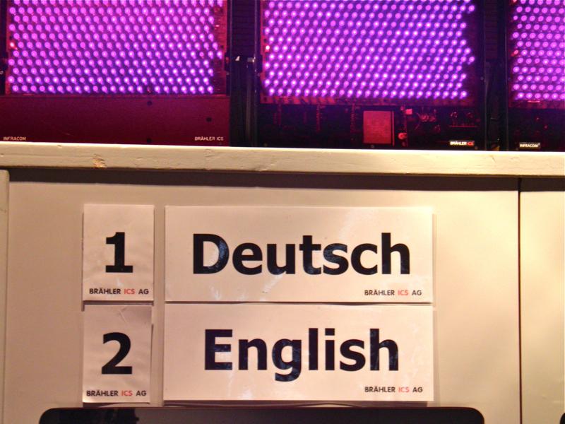 Dolmetscherkabine mit den Sprachen (1) Deutsch (2) Englisch