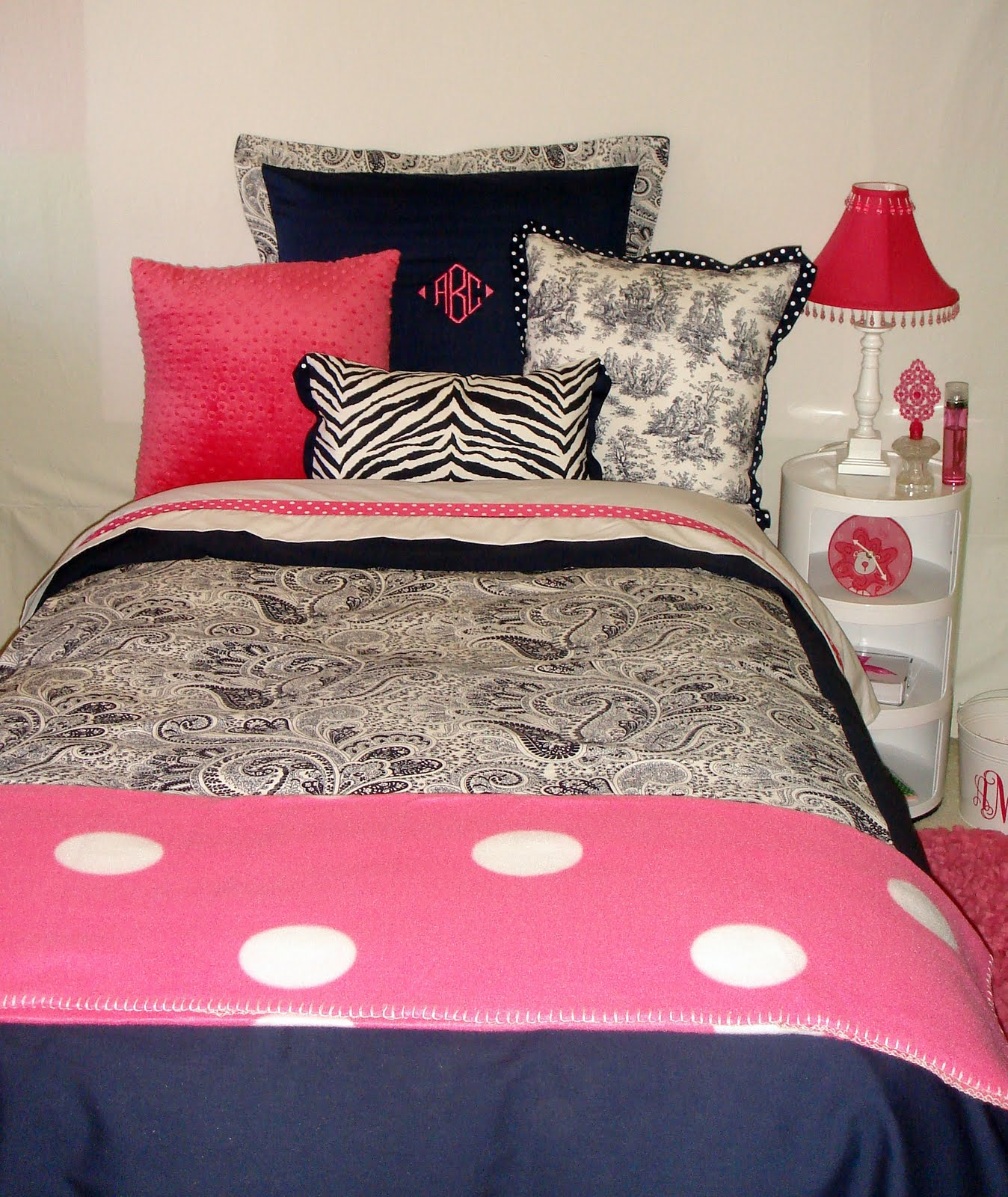 Decor 2 ur door how do i decorate my college dorm room - Dorm room bedding ideas ...
