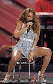 BEYONCE KNOWLES PERFORMING AT FUNCTION