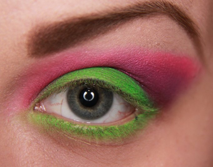 Makeup to accentuate green eyes