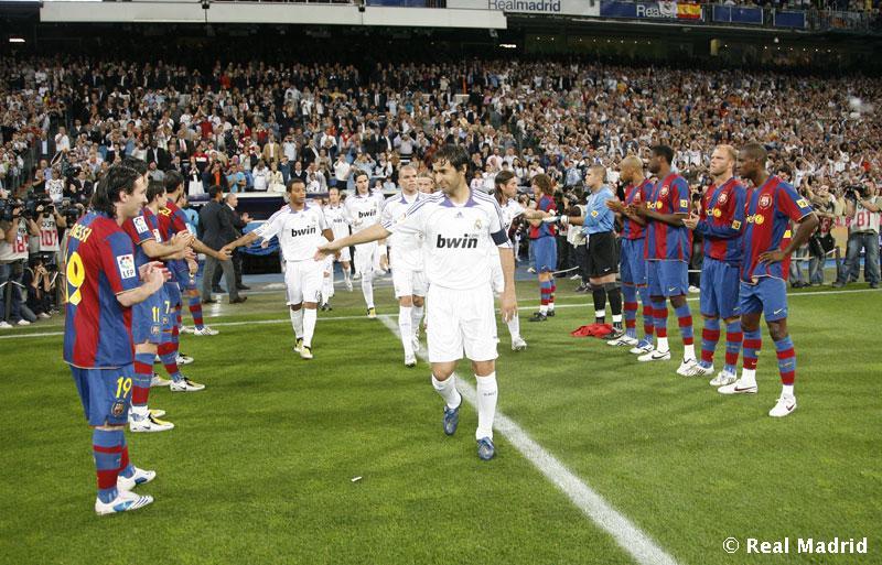 Pasillo del Barcelona al Real Madrid