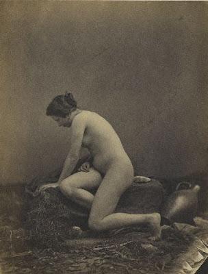 Pas de bras nus féminins