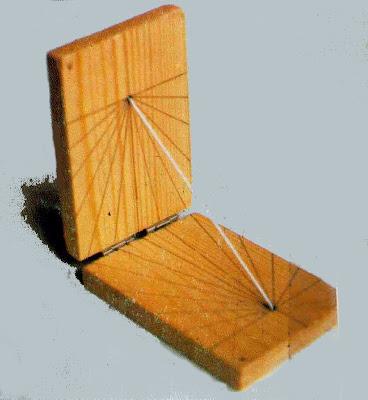dcf288f06f3d El reloj de Sol de bolsillo está formado por dos piezas rectangulares de  madera colocadas perpendicularmente entre sí